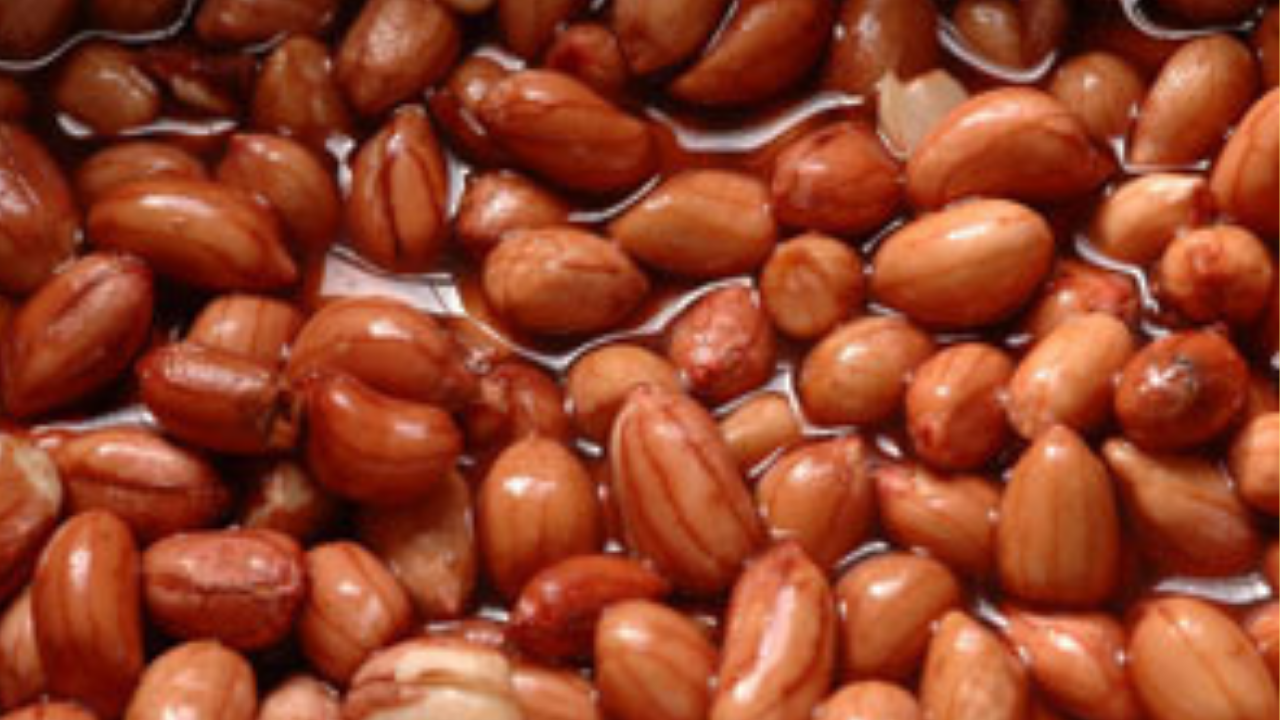 Soak the peanuts in water and then eat, you will get amazing benefits.!